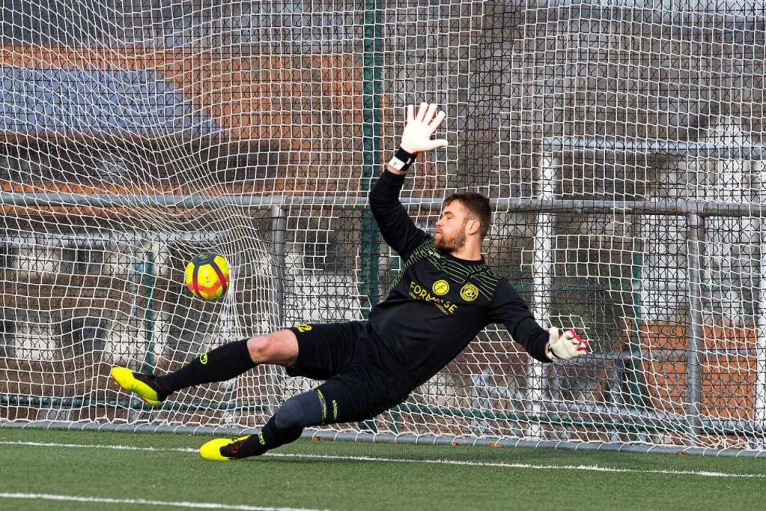 Torwart Dominik Osek hat beim Elfmeter...k, der Ball zischt zum 0:2 ins andere.    Foto: Wolfgang Scheu