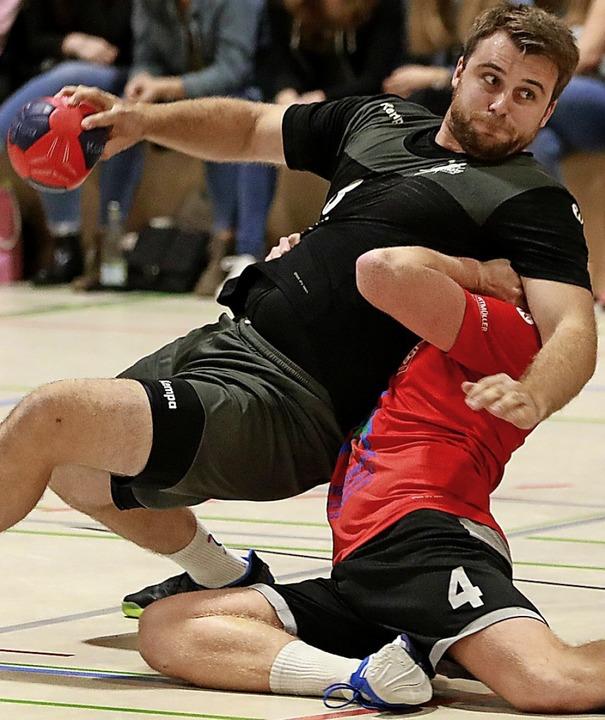 Das Rückspiel war nicht derart umkämpf...Dreiland, links, gegen Jannik Eichin).  | Foto: Niklas Schöchlin