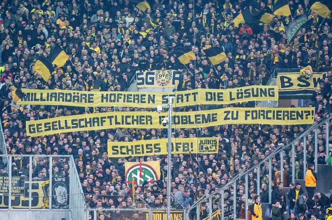 Dortmunds Fans zeigen vor dem Spiel Ba...FB!» und einem DFB-Logo im Fadenkreuz.  | Foto: Bernd Thissen (dpa)