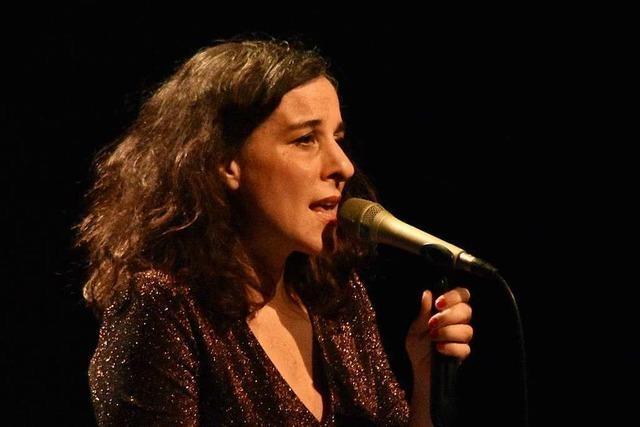 Lisa Bassenge besingt im Burghof Lörrach die Mütter großer Songs