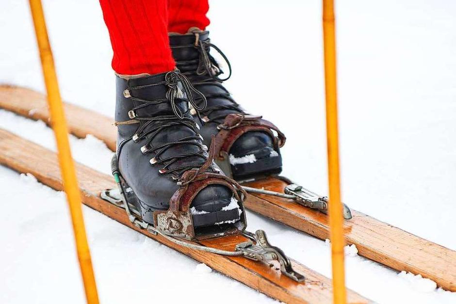 Historische Kleidung und traditionelle Holzskier: Am Samstag kamen historische Skifahrer aus Nah und Fern an den Feldberg, um alte Zeiten wieder aufleben zu lassen. (Foto: Wolfgang Scheu)