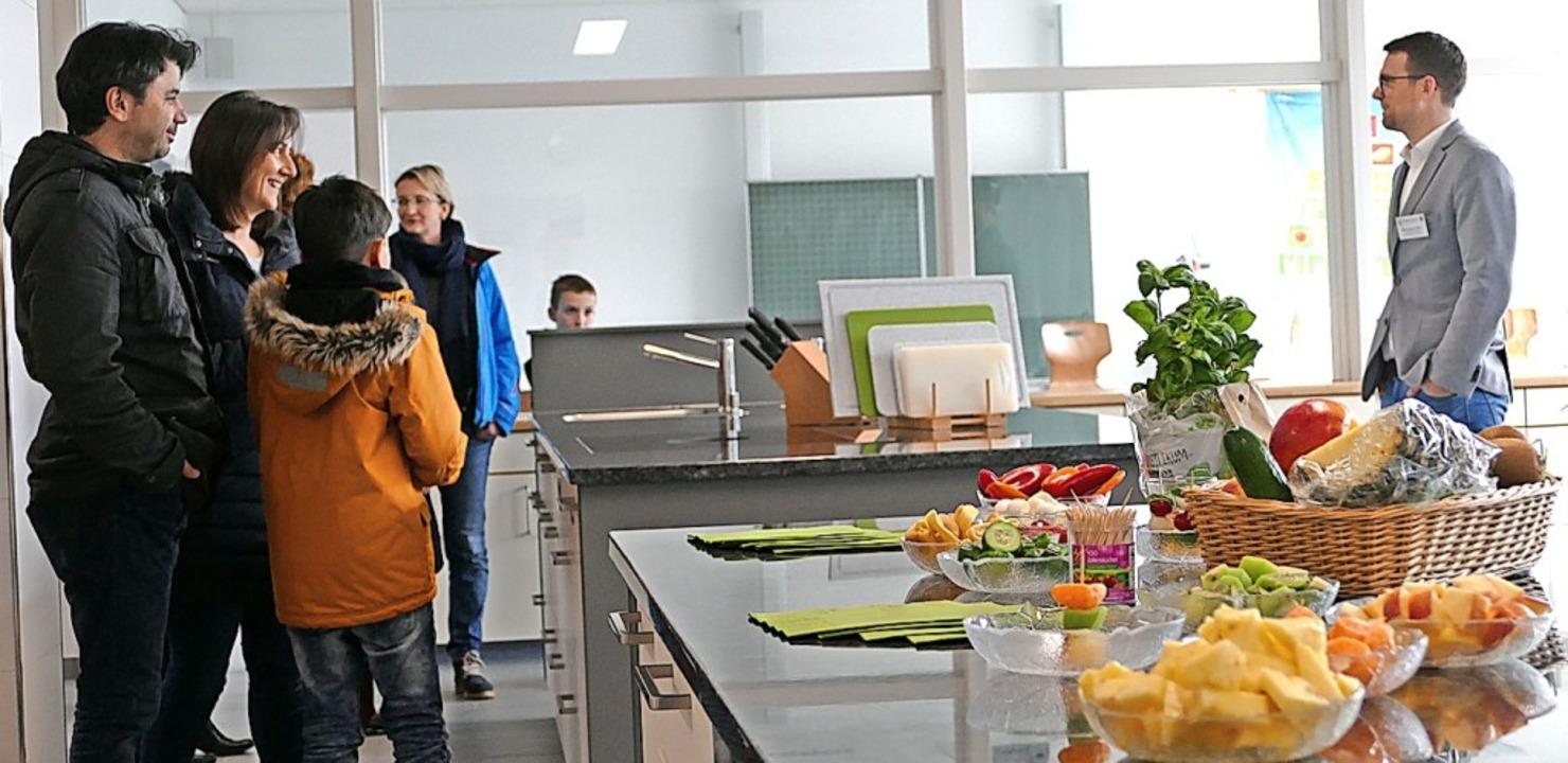 Lehrer Michel-David  Wöhr (rechts) zei...n standen als Willkommensgruß  bereit.  | Foto: Stefan Limberger-Andris