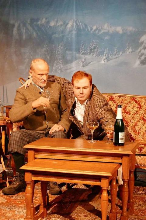 Naumann (Peter Kern) und Georg Scheinp...rinken erstmal einen oder zwei oder...  | Foto: Sylvia Sredniawa