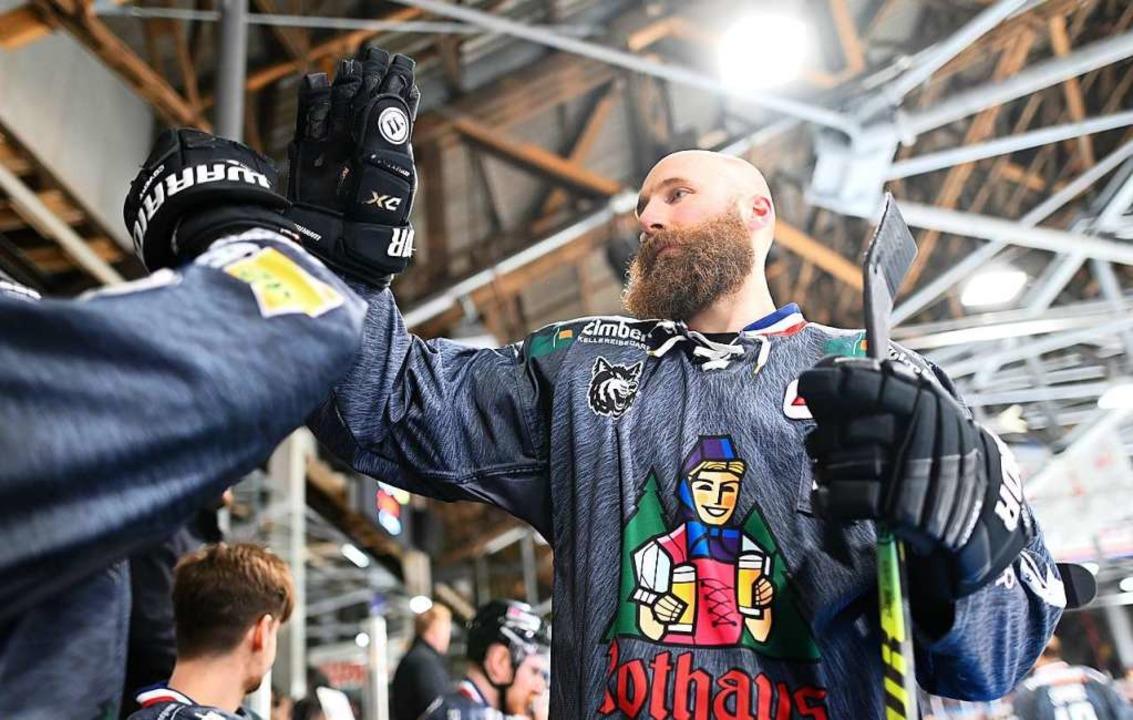 EHC-Kapitän Philipp Rießle freut sich ...chlittschuhe an den Nagel hängen wird.  | Foto: Patrick Seeger