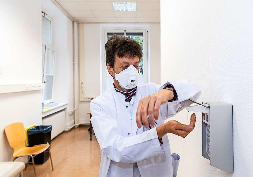 Handhygiene ist nicht nur für Pflegekräfte wichtig.  | Foto: Robert Michael (dpa)