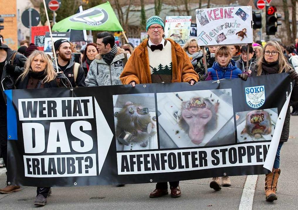 Zahlreiche Tierschützer demonstrieren ...ür alternative Fotschungsmethoden ein.  | Foto: Michael Latz