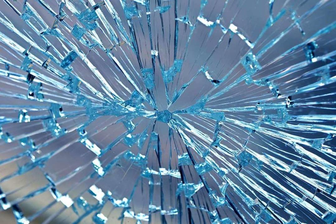 Der oder die Einbrecher schlugen eine Scheibe ein (Symbolbild).  | Foto: Mario Hoesel (Adobe Stock)