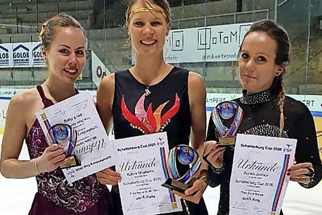 Drei Eiskunstläuferinnen auf dem Podest