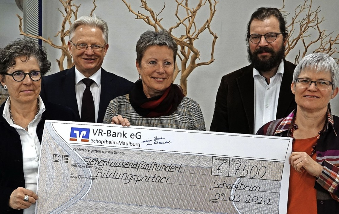 Die Bildungspartner mit dem Scheck: (v...Timo Weber und  Renate Metzler (MORZ).  | Foto: Hans-Jürgen Hege