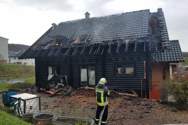 Feuerwehr löscht Brand eines Wohnhauses in Münchweier