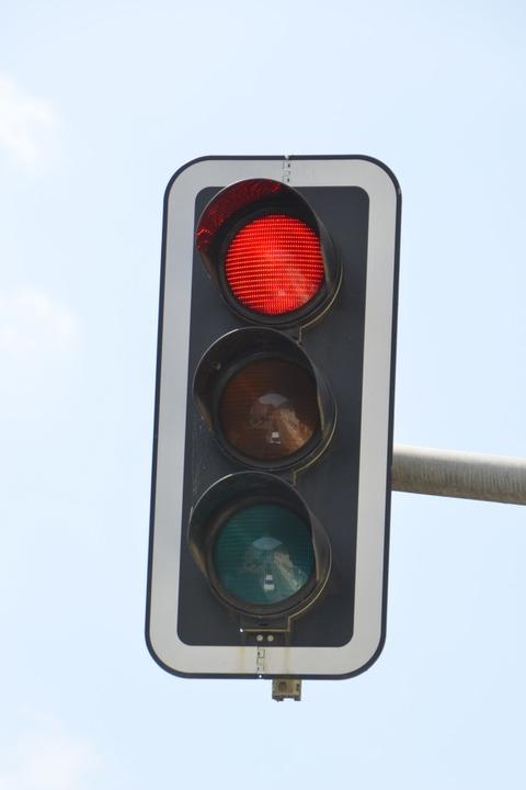 Nach einem Unfall auf der Besançonalle...her Ampel auf Rot stand. (Symbolbild).  | Foto: Verena Pichler