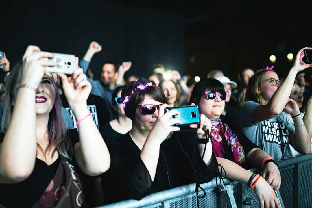 Publikum in der Sick-Arena beim Deichk... AnnenMayKantereit so kurzfristig kam.    Foto: Fabio Smitka