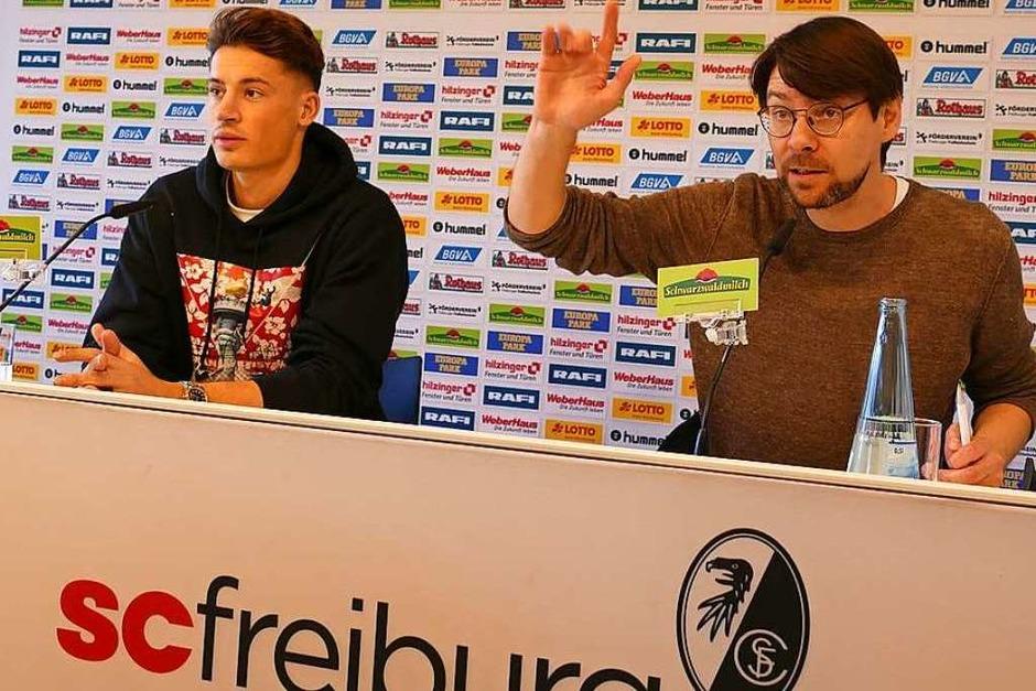 Neben Profi-Fußballer Robin Koch (links) sitzt SC-Pressesprecher Sascha Glunk. (Foto: Stephanie Streif)