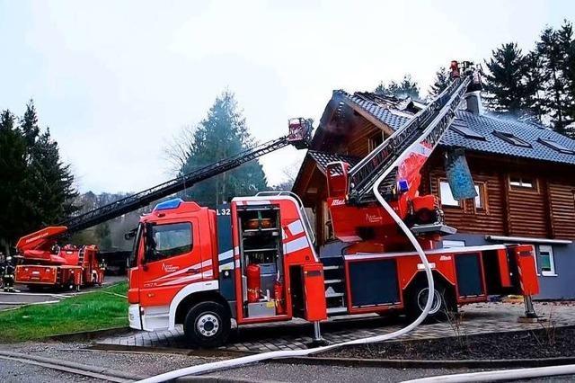Großer Schaden nach Brand eines Blockhauses – Grundschule von Feuerwehreinsatz betroffen