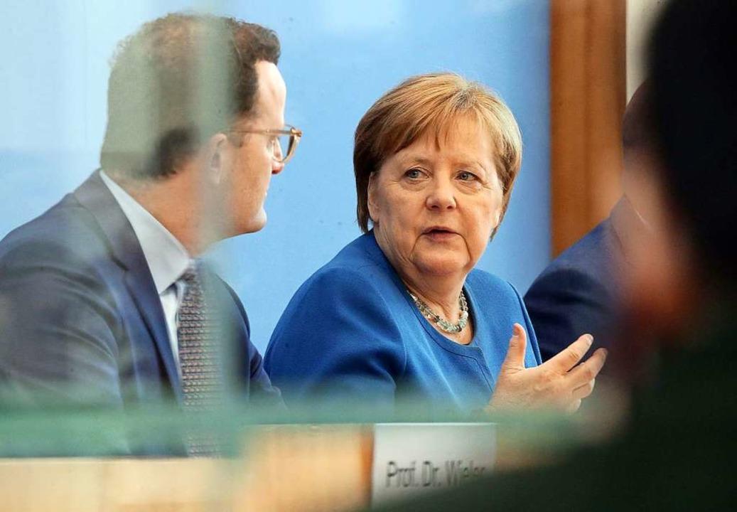 Jens Spahn (links), Bundesminister für...m Coronavirus Fragen von Journalisten.  | Foto: Wolfgang Kumm (dpa)