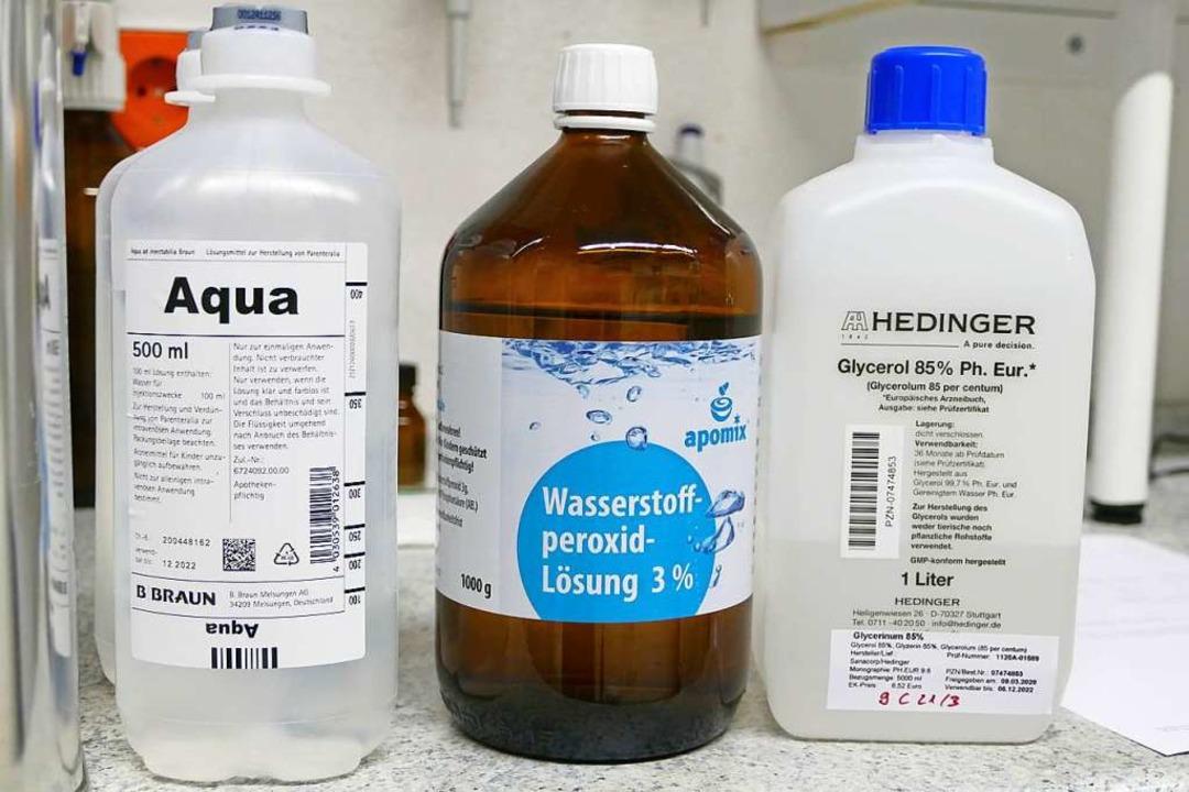 Diese Zutaten braucht es zur Herstellung des Desinfektionsmittels.    Foto: Tanja Bury