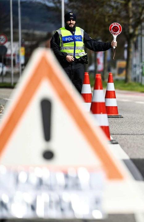 Polizeikontrolle am Grenzübergang bei  Breisach am Donnerstag    Foto: Patrick Seeger (dpa)