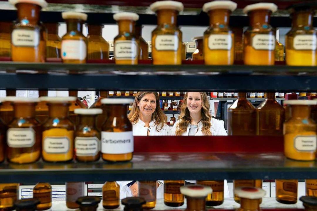 Durchblick im Galeniklabor, wo die Her... mit PTA-Schülerin Laura Winterhalder.  | Foto: Ingo Schneider