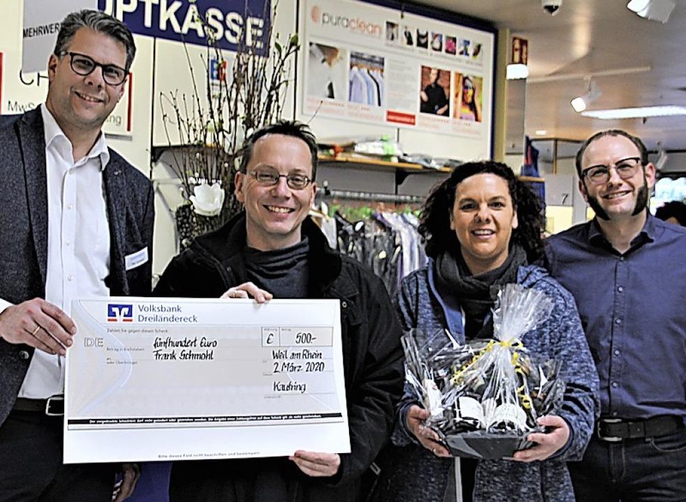 <BZ-FotoAnlauf>Gewinnspiel:</BZ-FotoAn...ing) übergab Frank Schmohl den Scheck.    Foto: privat