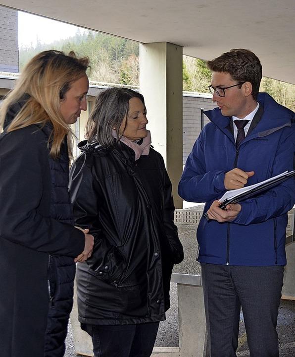 Susanne Schwer, Schulleiterin der Fürs...Sport- und Mehrzweckhalle informiert.     Foto: Christiane Sahli