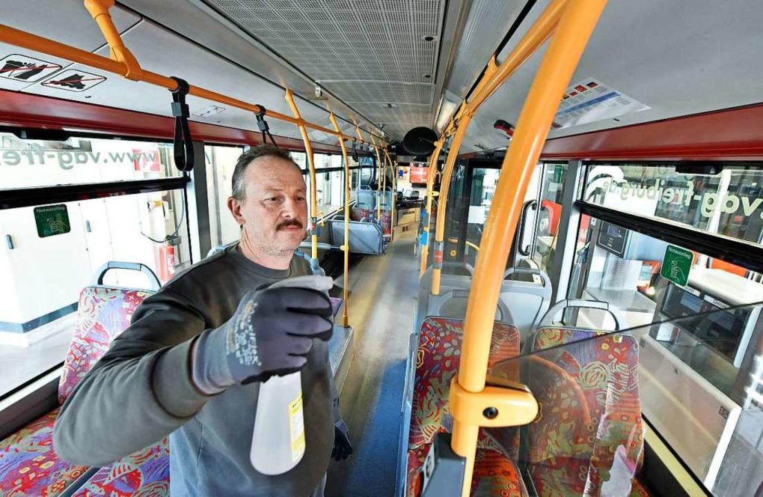 Die Haltestangen in der Straßenbahn werden jetzt regelmäßig desinfiziert.  | Foto: Michael Bamberger