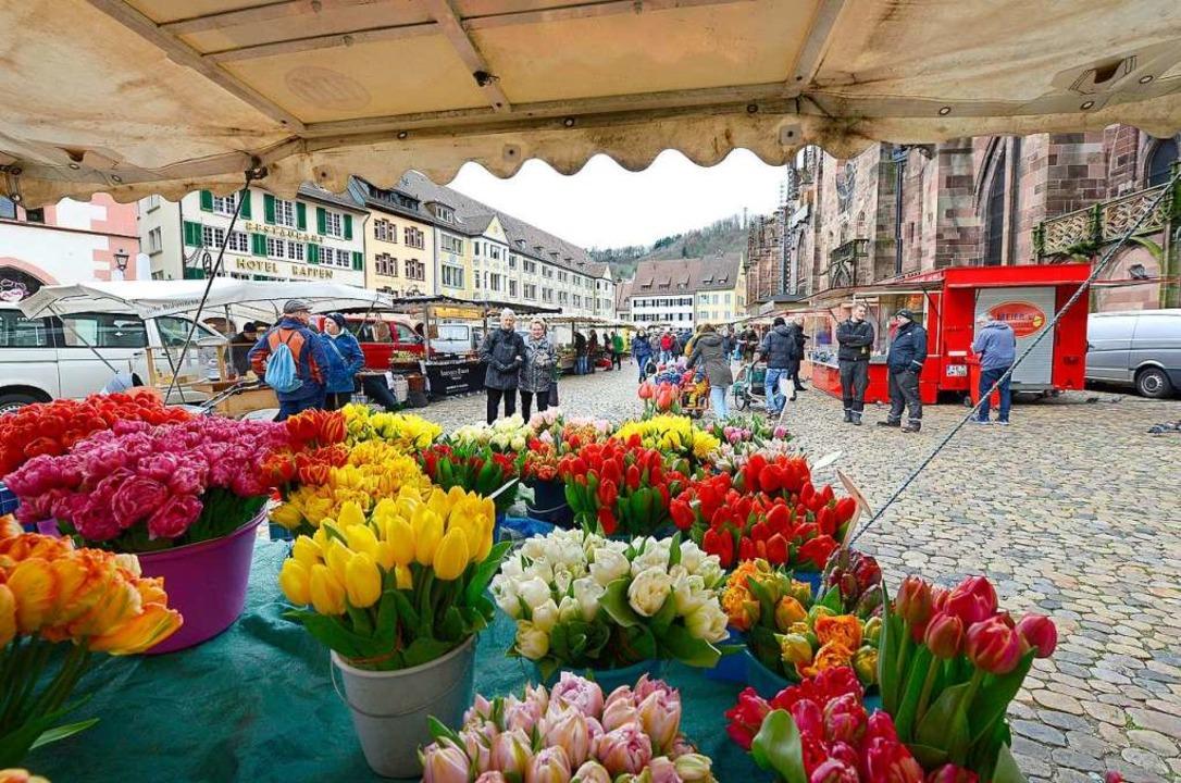 Auf dem Münstermarkt geht es lockerer zu als gewohnt.  | Foto: Ingo Schneider