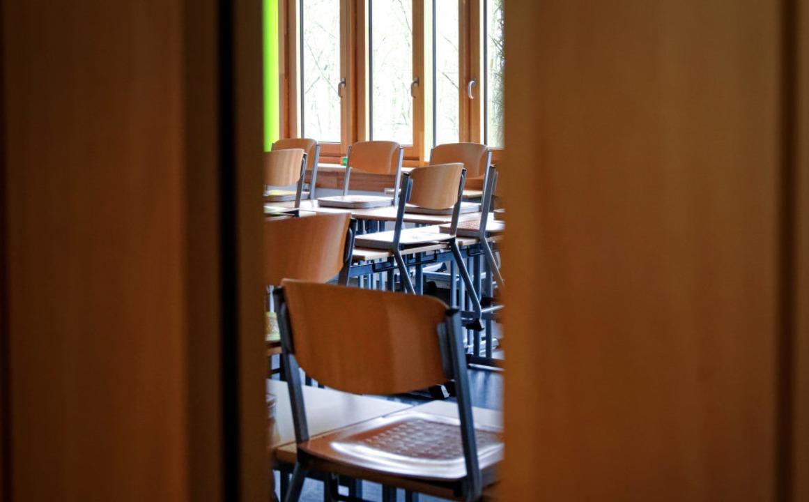 Stühle hoch, Auszeit wegen Corona? Das ist durchaus denkbar.  | Foto: Henning Kaiser (dpa)