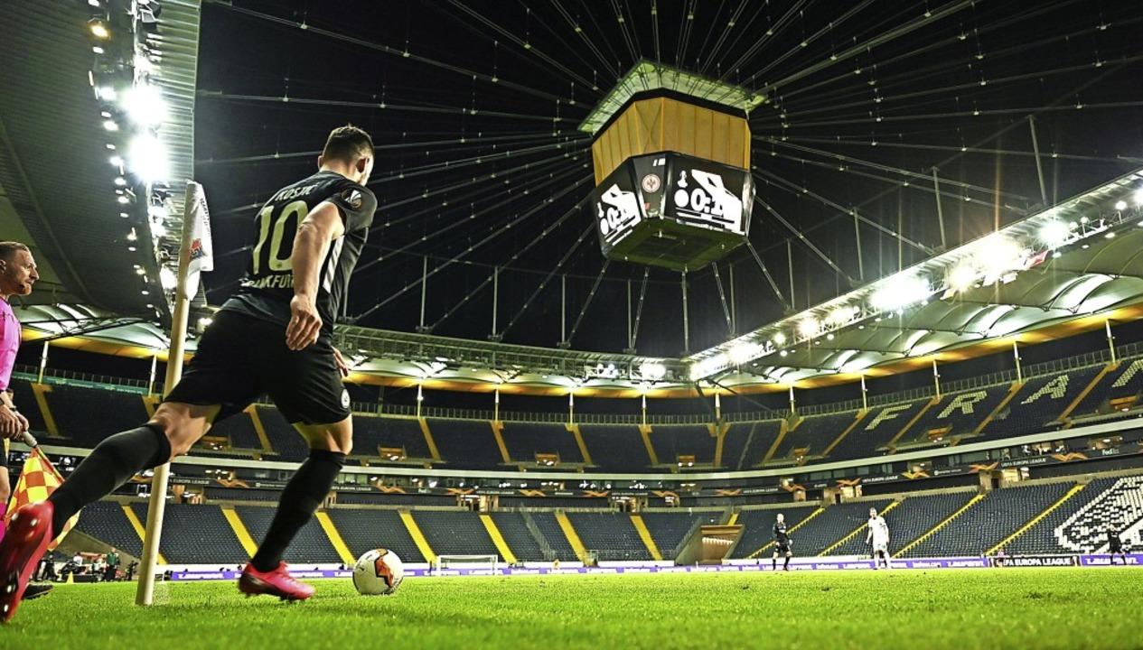 Der Frankfurter Filip Kostic tritt im leeren Eintracht-Stadion eine Ecke.   | Foto: Arne Dedert (dpa)