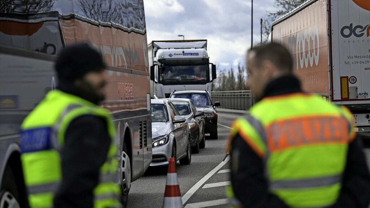 Die Kontrollen an der Grenze zum Elsas...en schon am Freitag verschärft werden.  | Foto: Patrick Seeger (dpa)