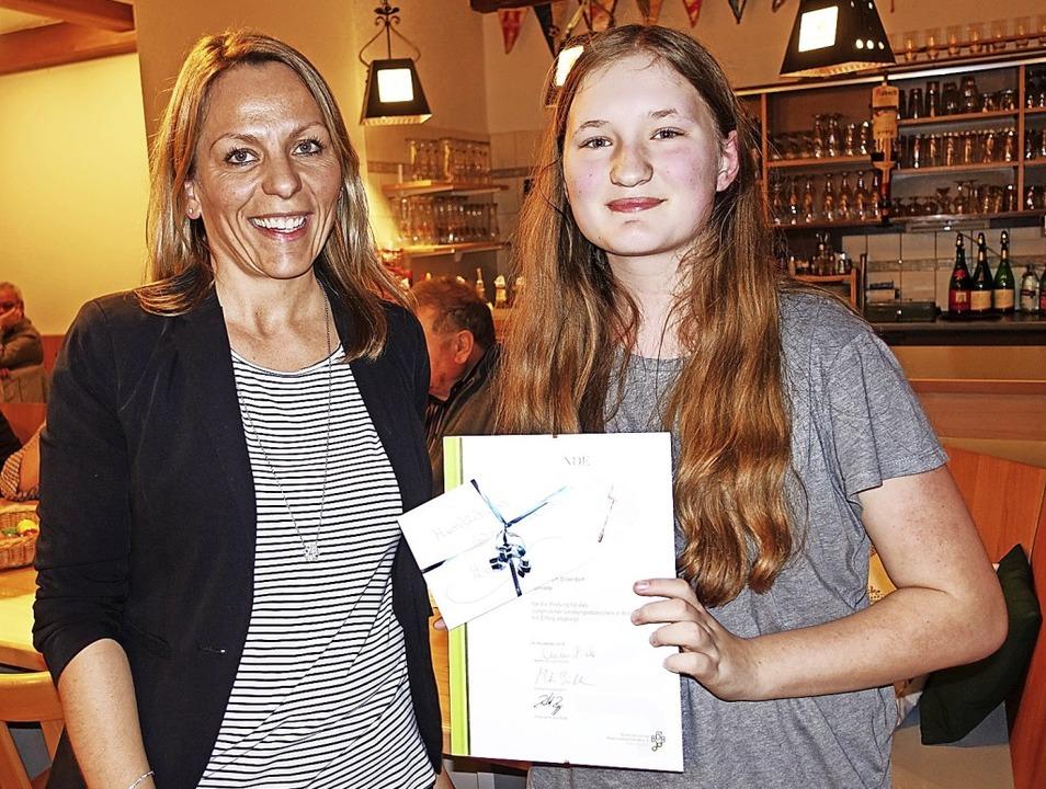 Leni Dietsche (rechts) erhielt das Jun...nette von Melanie Dietsche überreicht.  | Foto: Heidi Rombach