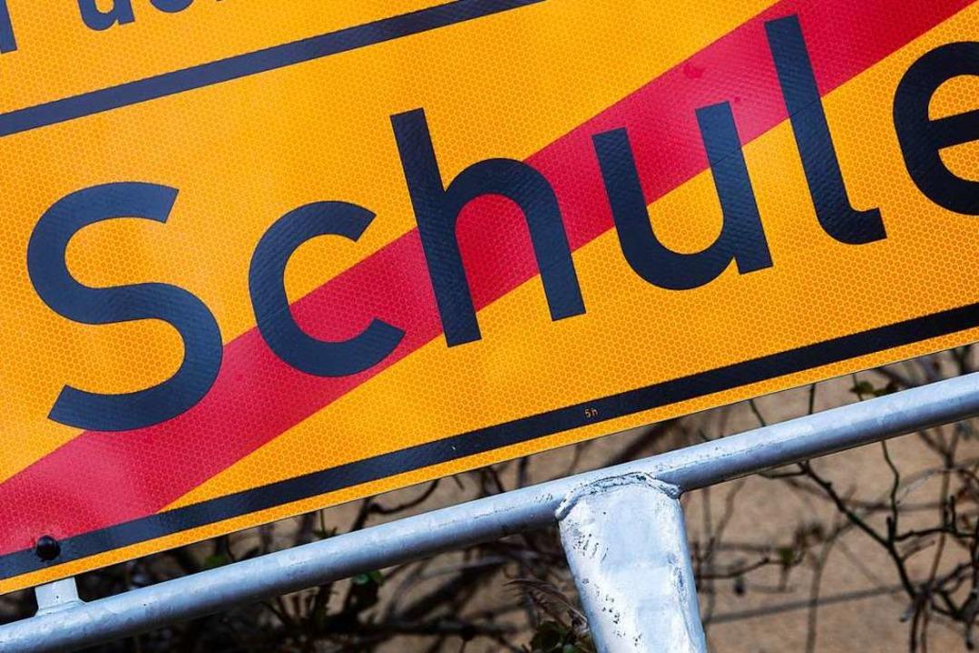Die Schulzeit endet am Dienstag – vorerst.  | Foto: Julian Stratenschulte (dpa)