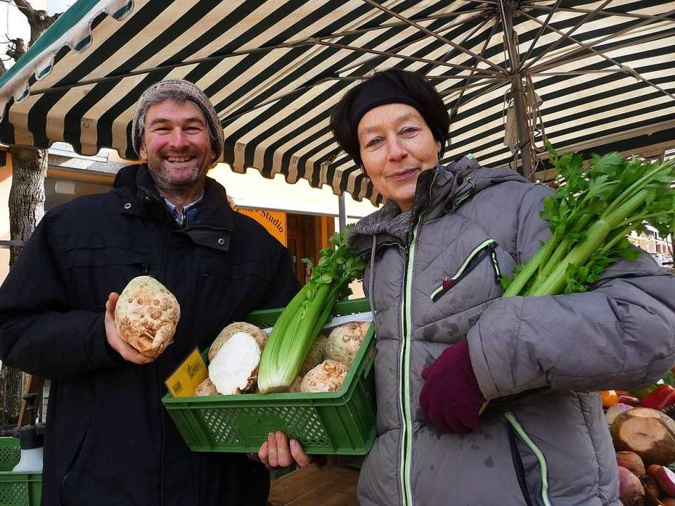 Bioland-Gärtner Markus Wurth und Peggy Palletti auf dem Waldkircher Wochenmarkt  | Foto: Katja Rußhardt