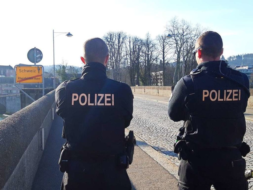 Es ist ein mittlerweile ungewohntes Bi...den,   stehen wieder Bundespolizisten.  | Foto: Verena Pichler