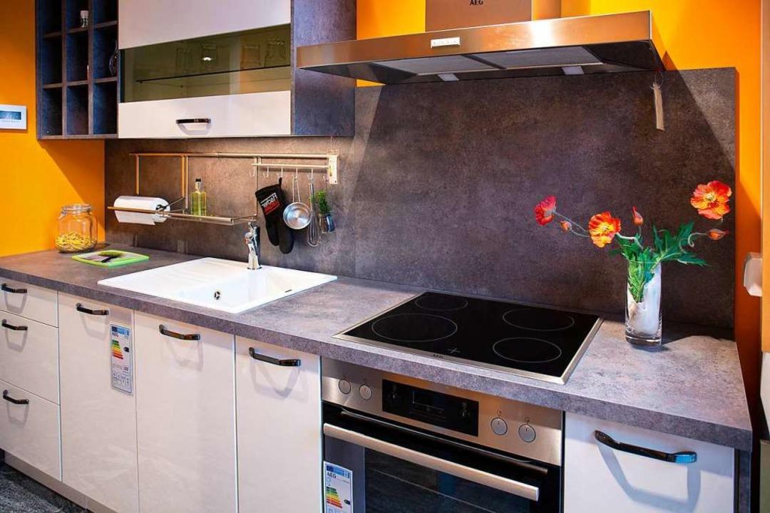 Hakenleiste, Miniregal und  Küchenroll... und griffbereit an der Wand montiert.  | Foto: Fischer Küchen