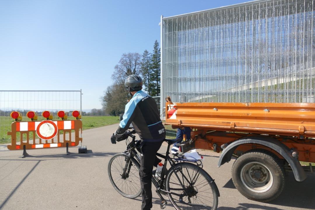 Der Radweg über die grüne Grenze zwischen Lörrach und Riehen wird abgeriegelt.  | Foto: Peter Gerigk