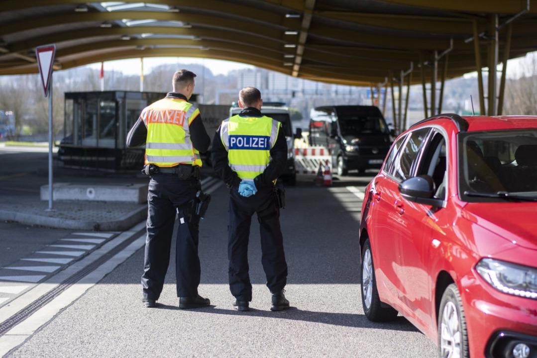 Bundespolizisten kontrollieren an der ...e zur Schweiz in Kreuzlingen/Konstanz.  | Foto: Ennio Leanza (dpa)