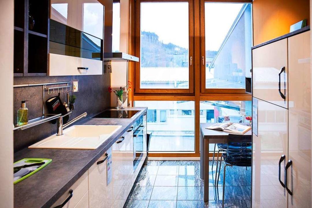 Auch in einer kleinen Küche ist Platz für eine Sitzmöglichkeit.  | Foto: Fischer Küchen