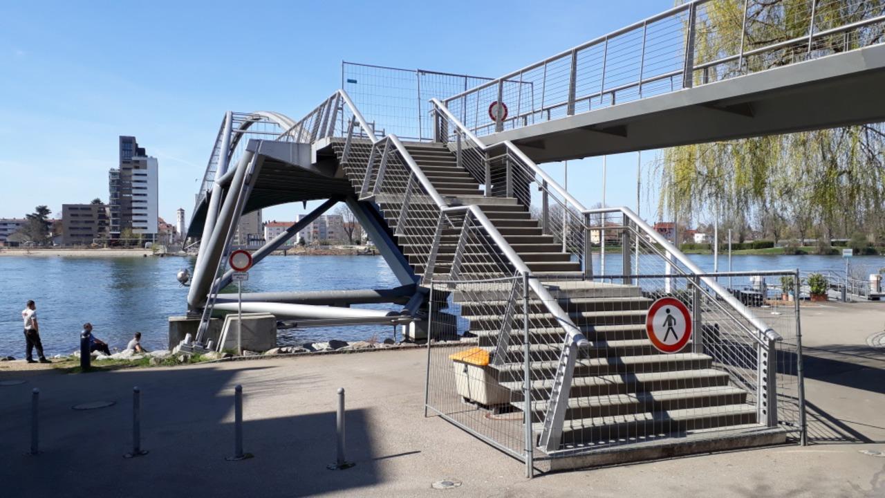 Die Dreiländerbrücke zwischen Weil am Rhein und Huningue ist gesperrt.  | Foto: Hannes Lauber