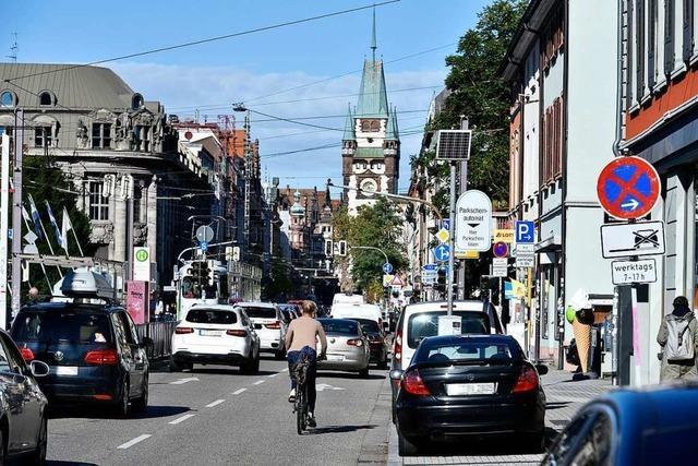 Fahrer eines Liefertransporters begeht Unfallflucht in der Freiburger Wiehre