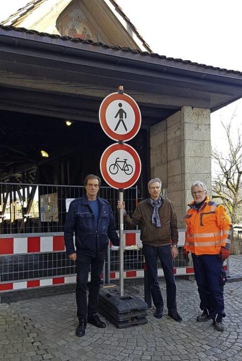 Ernste Gesichter nach getaner Arbeit: ...der vor der abgeriegelten Holzbrücke.   | Foto: Axel Kremp