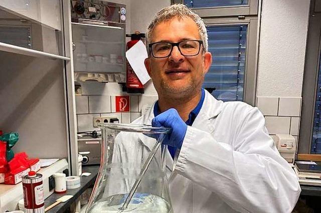 Apotheker Christian Weber stellt selbst Desinfektionsmittel her