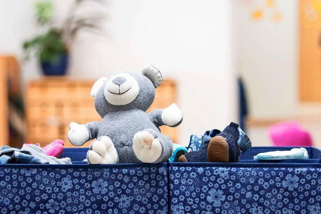 Leere Klassenräume, geschlossene Kitas... Kinder nun in Notfallbetreuung geben.  | Foto: Friso Gentsch (dpa)