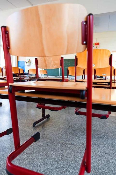 Hochgestellte Stühle, jetzt  kein ungewöhnliches Bild  in Schulen und Kitas.  | Foto: Robert Michael (dpa)