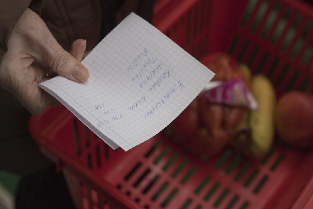 Hilfe beim Einkaufen – für älter...rlebenswichtig. Wir wollen vermitteln.  | Foto: Silvia Marks (dpa)