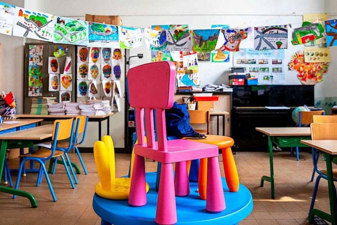 Die Stühle hochgestellt und keine Kind...ät in Kitas und Schulen. (Symbolbild).    Foto: Hatim Kaghat (dpa)