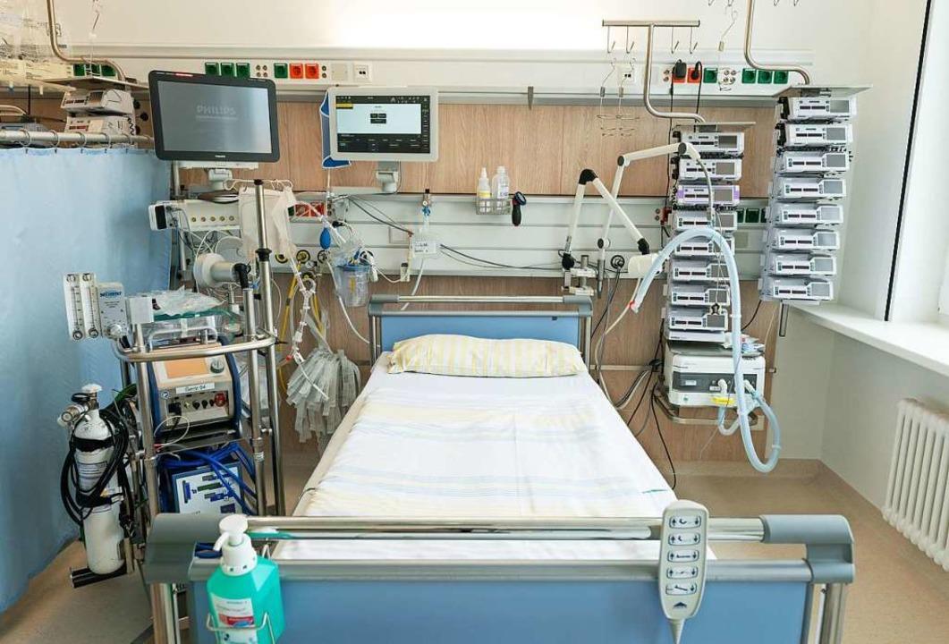 Eine Intensivstation in der Uniklinik ...n und links eine Herz-Lungen-Maschine.  | Foto: Ronald Bonß (dpa)