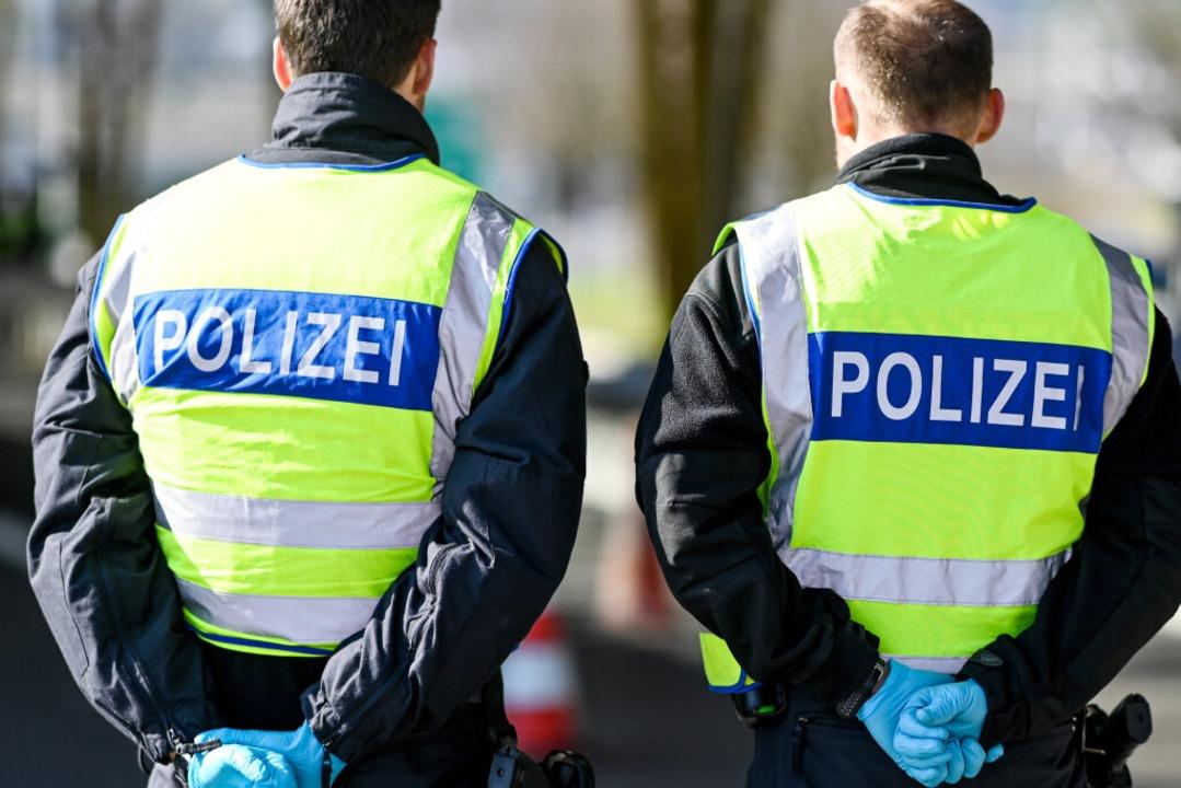 Deutsche Polizisten kontrollieren Einreisende an einem Grenzübergang.  | Foto: Felix Kästle (dpa)