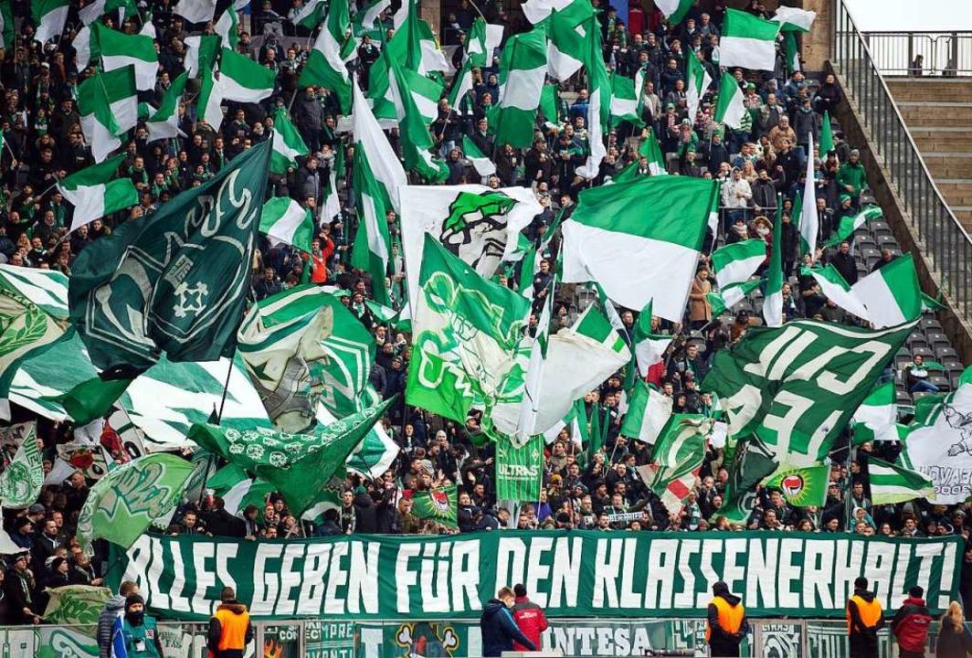 Harte Zeiten für Werder-Fans: Inzwisch...dern auch um die Existenz ihres Klubs.  | Foto: Soeren Stache (dpa)