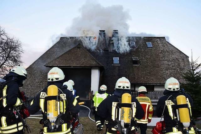 Brand eines ehemaligen Bauernhauses in Feldberg unter Kontrolle gebracht