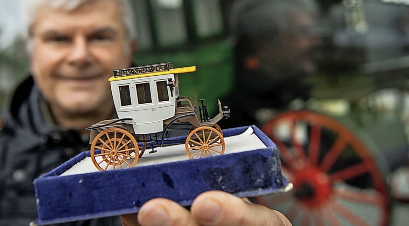 Heimatforscher Lerchstein zeigt ein Modell des ersten Motor-Omnibus  | Foto: Bernd Thissen (dpa)